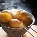 じゃがいもレシピ 簡単炒めるだけ鶏むね肉のチリソース&ひき肉のカリカリ焼き